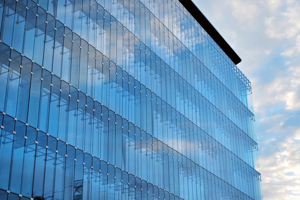 Modernes Bürogebäude mit Fassade aus Glas