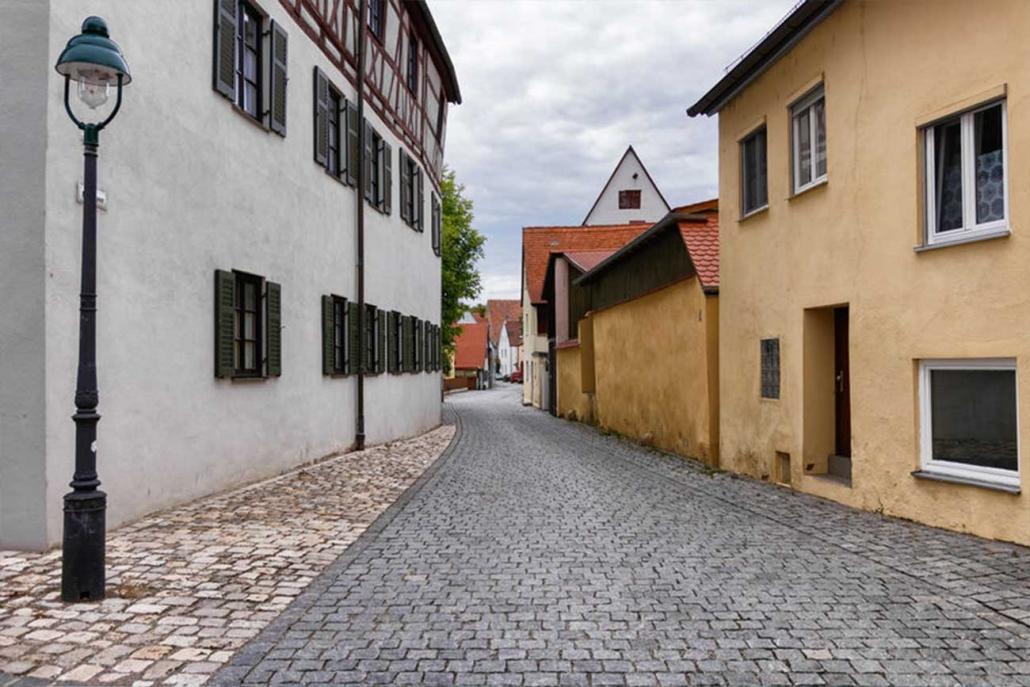 Kleine Dorfstraße in Bayern